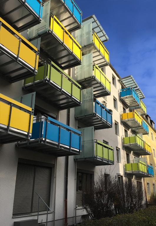 Farbige Balkone an der Straßenseite