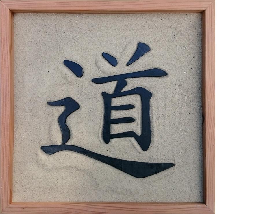 Kiste mit Sand und dem Tao-Zeichen